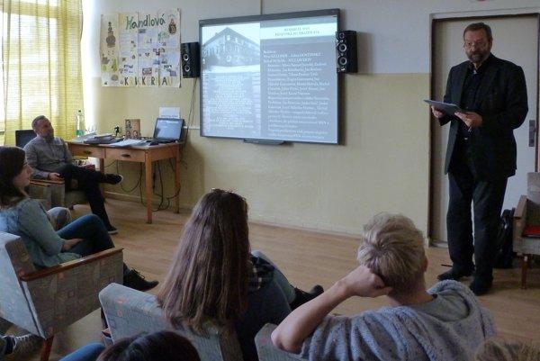 Jozef Šimonovič (vpravo) zaujal žiakov prednesom básne.