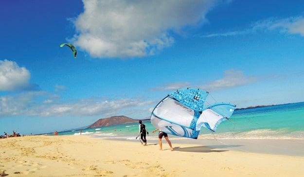 Jedna z mnohých pláží na ostrove Fuerteventura.