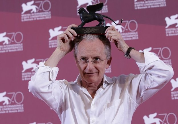 Taliansky režisér Uberto Pasolini s cenou za najlepší film (Zátišie, 2013) z Benátskeho filmového festivalu.