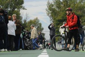 Cyklomost slobody počas slávnostného otvorenia 22. septembra 2012. Podľa internetového hlasovania sa mal volať Most Chucka Norrisa.