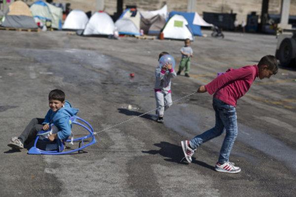 Deti migrantov sa hrajú pri pobreží Egejského mora v prístave v meste Piraeus pri Aténach.