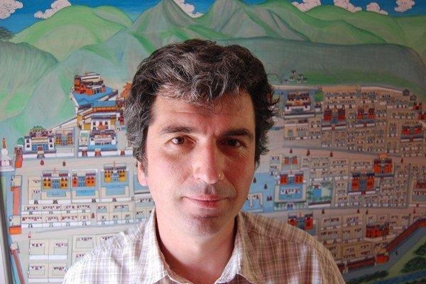 Martin Slobodník (1970). V rokoch 1988-1994 študoval sinológiu na Filozofickej fakulte Univerzity Komenského v Bratislave, na Katedre jazykov a kultúr krajín Ďalekého východu. V rokoch 1991-93 absolvoval študijný pobyt na Katedre čínskeho jazyka a kultúry