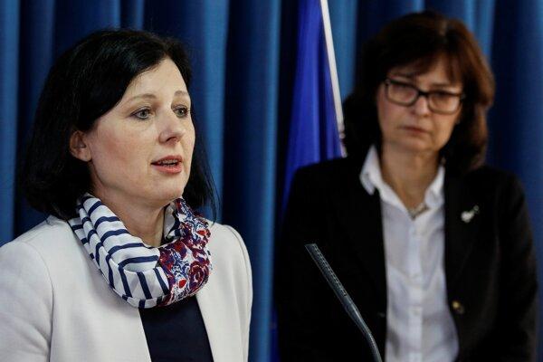 Na fotografii eurokomisárka Věra Jourová (vľavo) na spoločnom brífingu u podpredsedníčky vlády a ministerky spravodlivosti SR Lucie Žitňanskej, 29. apríl 2016.