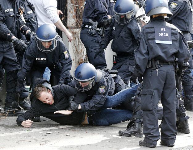 Nemeckí policajti sa dokážu porátať s chuligánmi.