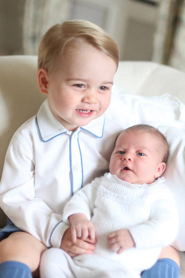 Staršia fotografia princeznej Charlotte so starším bratom, princom Georgom