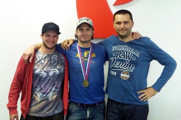 Juraj Štefanka (v strede) navštívil redakciu MY Nitrianskych novín aj so synom Jurajom ml., nádejným hokejistom. Vpravo autor článku.