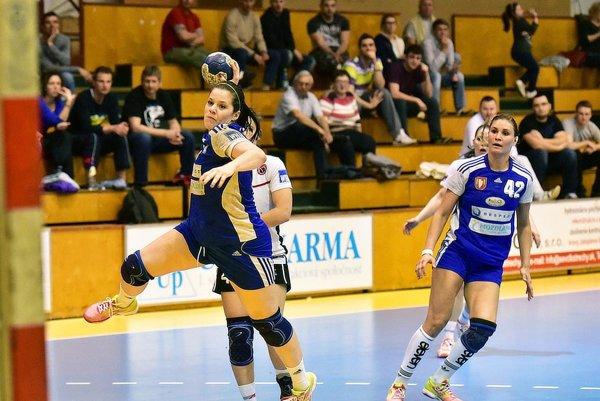 Šalianky boli úspešné v oboch domácich zápasoch. Na snímke z nedele strieľa Ivana Trochtová, vpravo Karin Bujnochová.