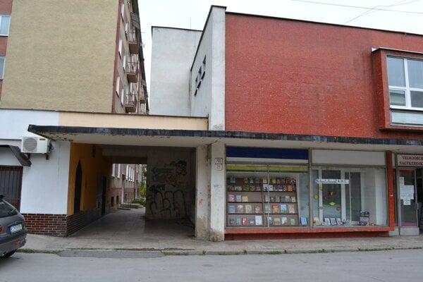 Pochod medzi bytovkami a námestím.