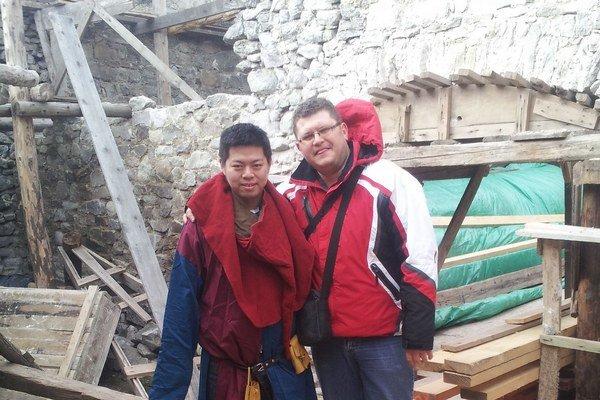 Turisti na hrade. Hrad navštívi ročne vyše 5-tisíc turistov. Postupne pribúdajú zahraniční milovníci histórie. Na snímke čínsky turista s Matejom Starjákom.