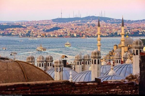 Veže a kupoly sú pre Istanbulskú panorámu typické, rovnako ako rieka Bospor.