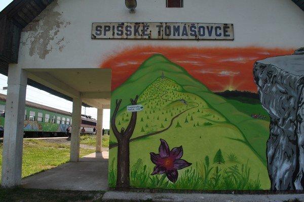 Maľba v Spišských Tomášovciach. Nápad mladých rodákov podporili železnice aj OO CR Slovenský raj.