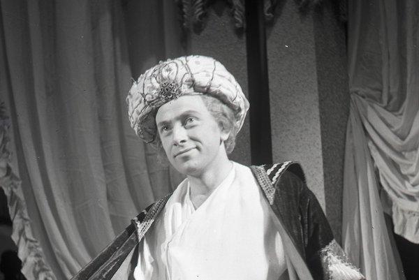 Karol Machata v úlohe Ludmíra v inscenácii satirickej komédie Pán Jowialski v Slovenskom národnom divadle.