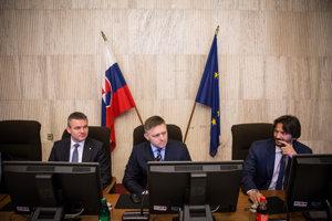Vicepremiér pre investície Peter Pellegrini, predseda vlády SR Robert Fico a podpredseda vlády a minister vnútra SR Robert Kaliňák počas rokovania.