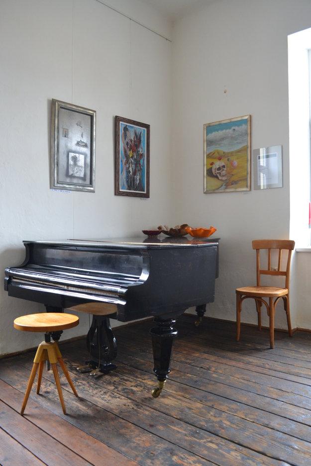 Priestoru dominuje staručký klavír.