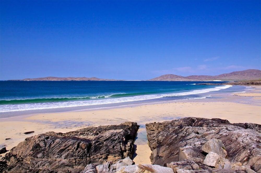 Pláž Seilebost sa rozprestiera na Isle of Lewis, najväčšom ostrove súostrovia Vonkajšie Hebridy na západe Škótska.