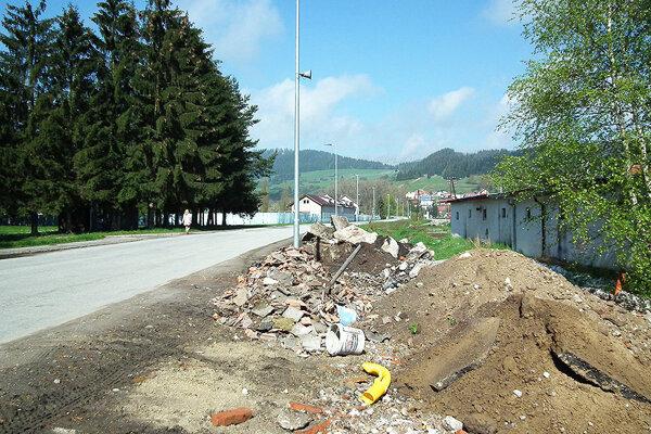 Dôvodom terénnych úprav oproti hotelu je pripraviť územie pre výstavbu parkovísk a garáží.