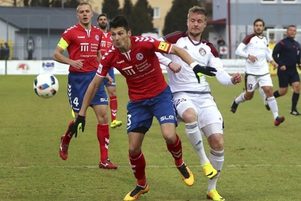 O víťazstve Podbrezovej rozhodol Andrej Rendla (vpravo).