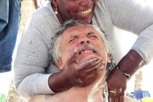 Masáž na pobreží Karibiku. Príjemná nebola, ale pomohla.