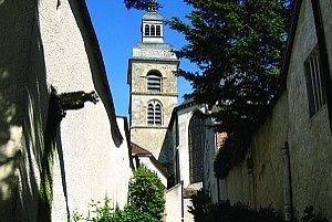V kostole a kláštore v Hautvillers v stredoveku žilo do päťdesiat benediktínov. Najslávnejší z nich Dom Pierre Pérignon je pochovaný pod doskou pred oltárom kostola.