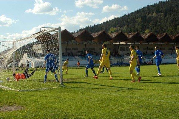 Makov (v žltých dresoch) tesne po strelení prvého gólu Onrejom Čížom.