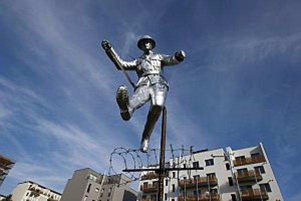 Pamätník so sochou Conrada Schumanna – vojaka, ktorý preskakoval ostnatý drôt v roku 1961, keď už stavební robotníci kládli prvé betónové tehly.