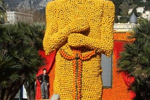 Socha vytvorená z pomarančov a citrónov zobrazuje sošku Oscara.