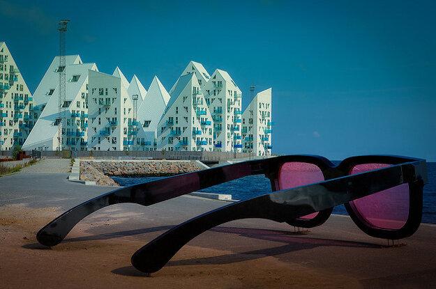 Aarhus má tiež zaujímavú modernú architektúru a viacero extravagantných sôch, ktoré tu každoročne inštalujú umelci z celého sveta. Na obrázku je obytný súbor Icebergs a dva metre vysoké Ružové okuliare.