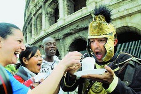 Turistov pred Koloseom zabávajú muži v kostýmoch rímskych žoldnierov. Pribudnú k nim aj súboje gladiátorov.
