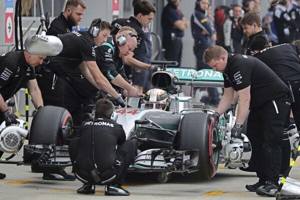 Mechanici tímu Mercedes pracujú na monoposte Lewisa Hamiltona.
