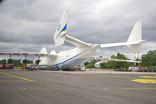 Antonov An-225 Mrija je najväčšie lietadlo na svete, lieta s ukrajinskými výsostnými znakmi.Antonov An-225 Mrija