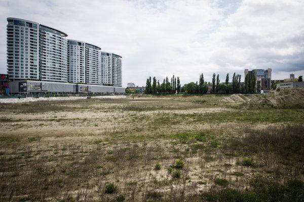 Na mieste nového futbalového štadióna je momentálne tráva.