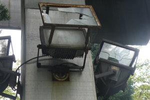 Reflektory, ktoré kedysi dielo osvetľovali, sú zničené.