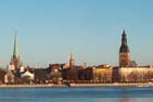 Pohľad na časť Rigy z ľavého brehu rieky Daugava.