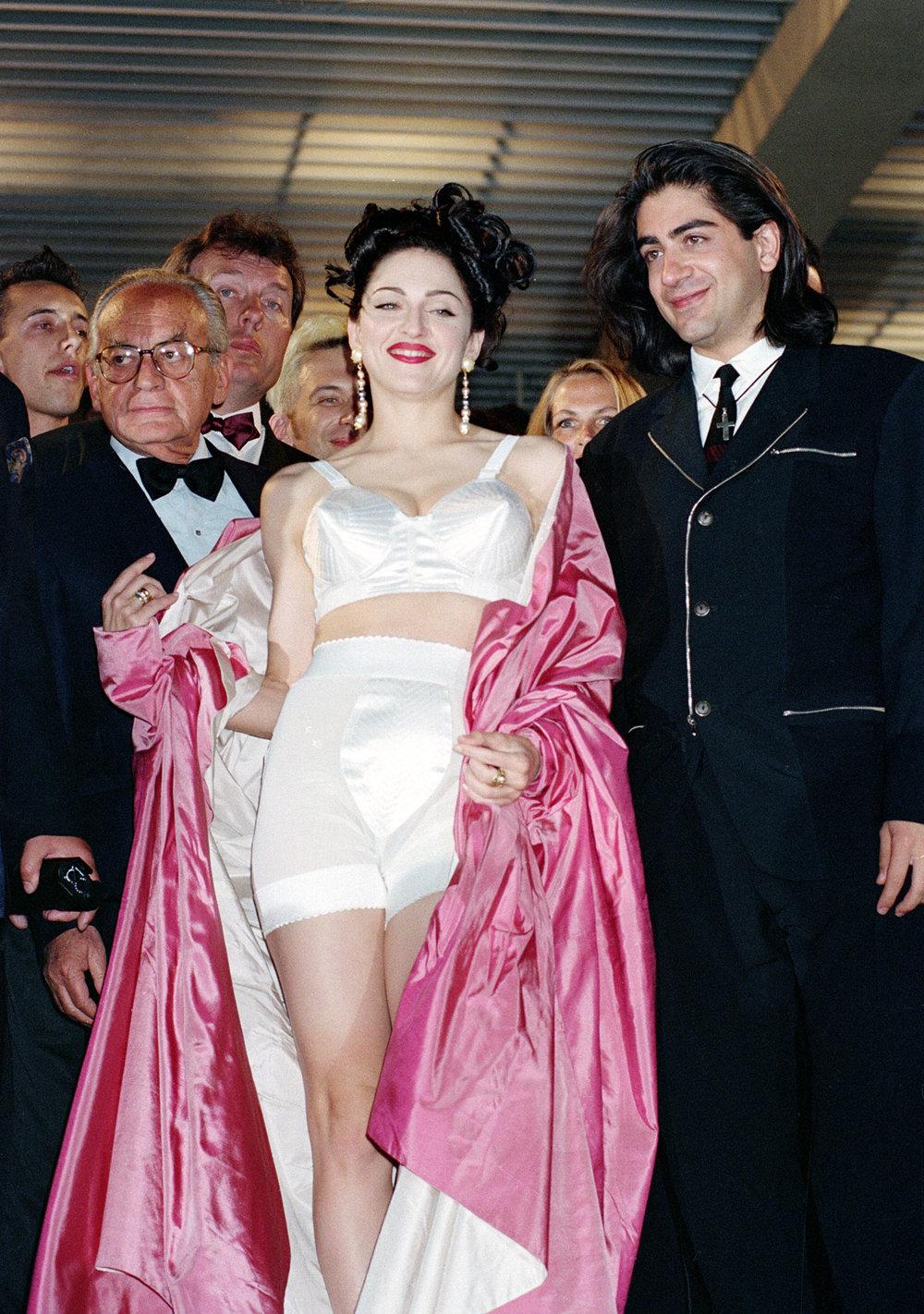 Speváčka Madona opúšťa kino po premietaní filmu s Madonou v posteli v roku 1991.