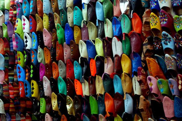 Na marakéšskych trhoviskách si môžete kúpiť aj rôznofarebné pantofle.