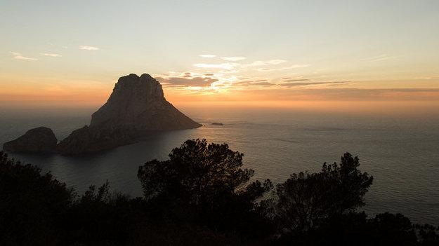 Ibiza je preslávená najmä bujarými klubovými večierkami. Nájdete tu však aj veľa romantických miest pri západe slnka.