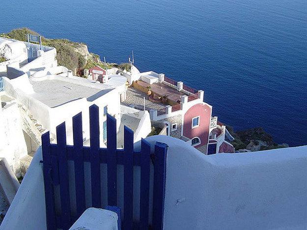 Architektúra na ostrove Santorin je charakteristická kombináciou bielej a belasej farby.