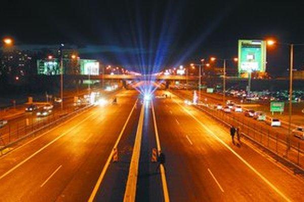 Jeden úsek diaľnice je osvetlený aj v Bratislave – Petržalke.