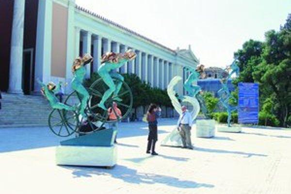 Sochy cyklistiek pred vchodom do Národného archeologického múzea.