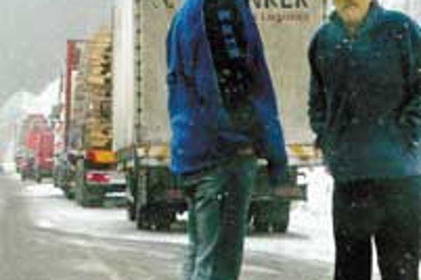 Sneh a kamióny na Donovaloch komplikovali dopravu po celý deň.