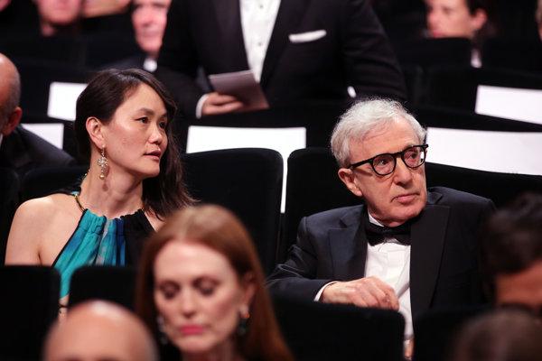 Woody Allen smanželkou Soon Yi Previn, ktorá má na rozdiel od neho cestu do Cannes rada.