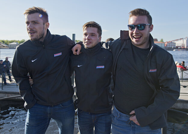 Zľava Martin Bakoš, Martin Réway a Marko Daňo po návrate z plavby.