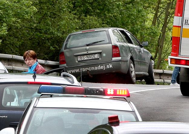 Sivé auto ( v popredí), s ktorým poslanec narazil po zdravotnej indispozícii do zvodidiel.