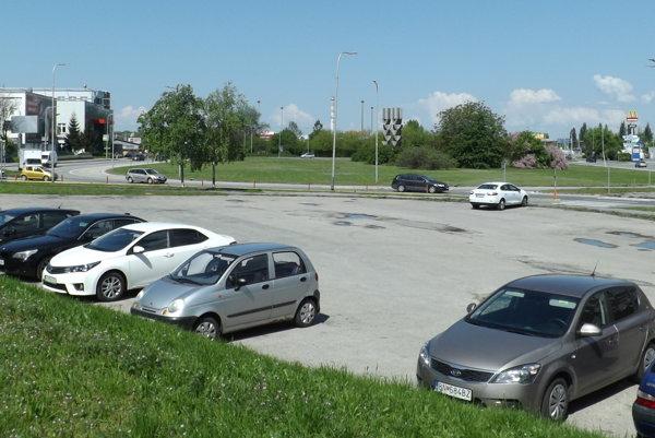 Záchytné parkovisko na Štúrovej, pri kruhovom objazde.