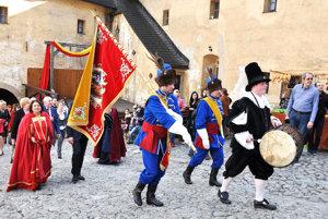 Slávnostný príchod družiny na Oravský hrad.