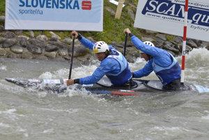 Tomáš Kučera a Ján Batik zo Slovenska v kategórii C2 počas finále na ME vo vodnom slalome.