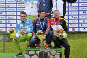 Zľava: Luka Božič (dole) a Sašo Taljat (hore) zo Slovinska na 2. mieste, Tomáš Kučera (hore) a Ján Batik (dole) zo Slovenska na 1. mieste a David Schröder (hore) a Nico Bettge (dole) z Nemecka na 3. mieste počas odovzdávania medailí v kategórii C2 na ME vo vodnom slalome.