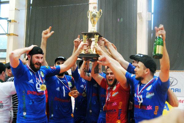 Hneď v prvej sezóne po zmenách v klube vystúpili nitrianski volejbalisti na slovenský olymp.