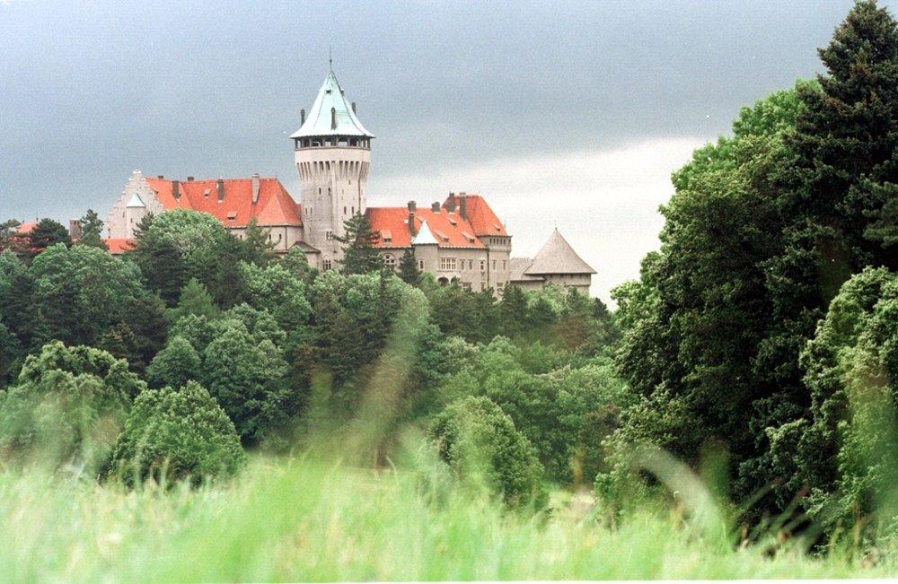 Smolenický zámok si nechal na začiatku začiatok 20. storočia vystavať na základoch starého hradu gróf Juraj Pálffy.