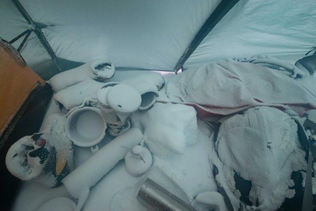 Takto to vyzeralo vo vnútri stanu počas niekoľko hodinovej snehovej búrky pri zimnom výstupe na horu Fuji v Japonsku.
